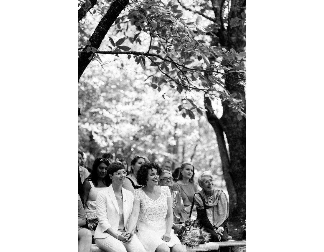 Mariées ecoutant les discours pendant leurs ceremonie laique, mariage lesbien..