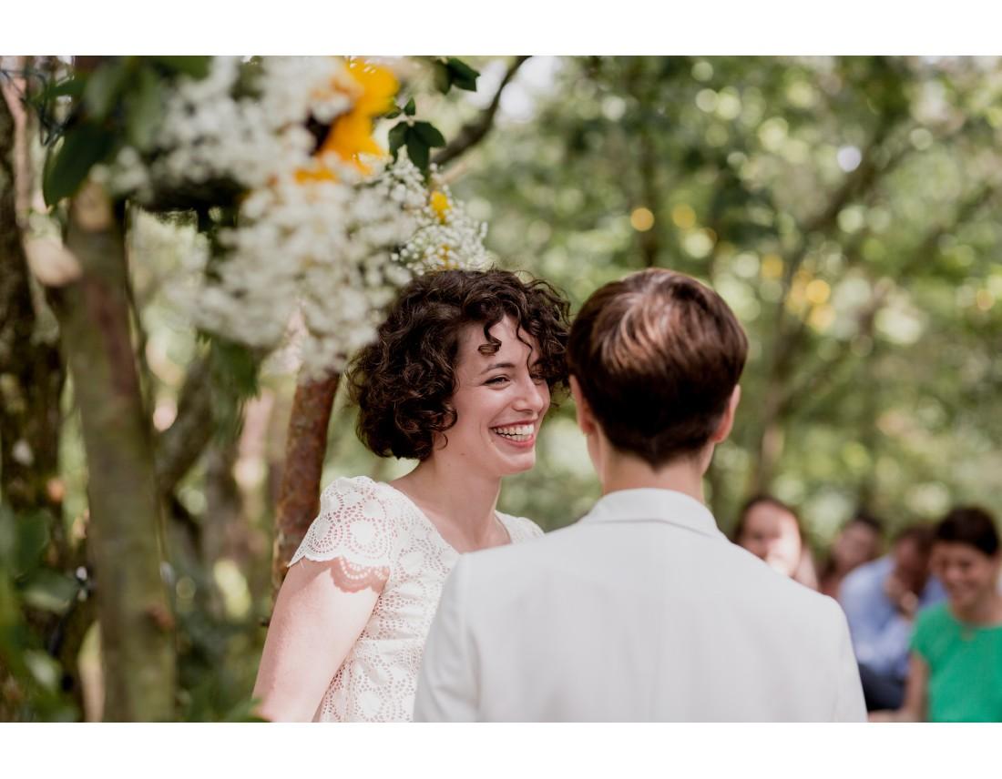 Mariée souriant pendant echange de voeux, mariage lesbien.
