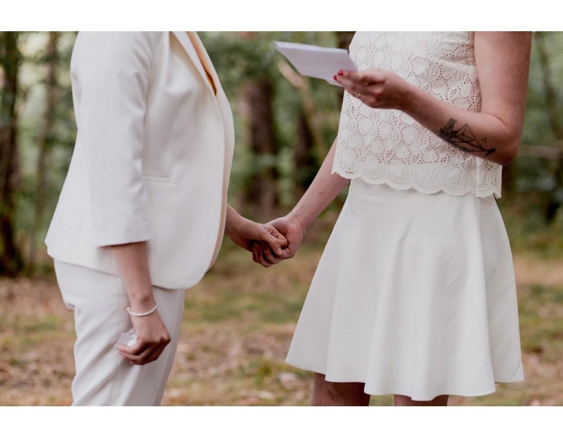 Mains tenues pendnat echange de voeux, mariage lesbien.