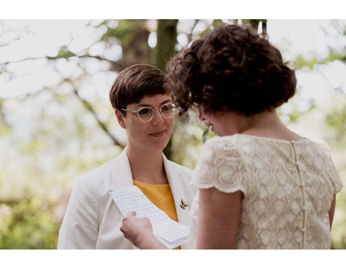 Regard pendant lecture des voeux de mariage lesbien.
