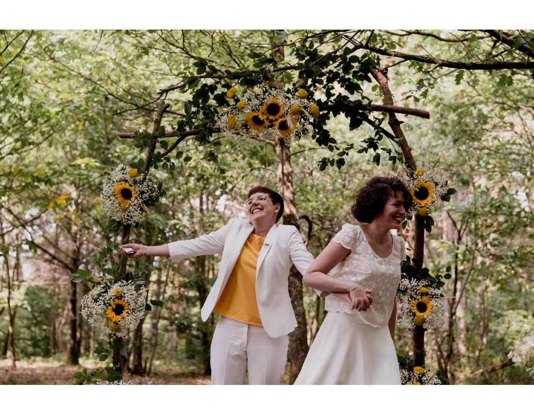Et voila, nous sommes mariées! Joie a la fin de mariage lesbien.