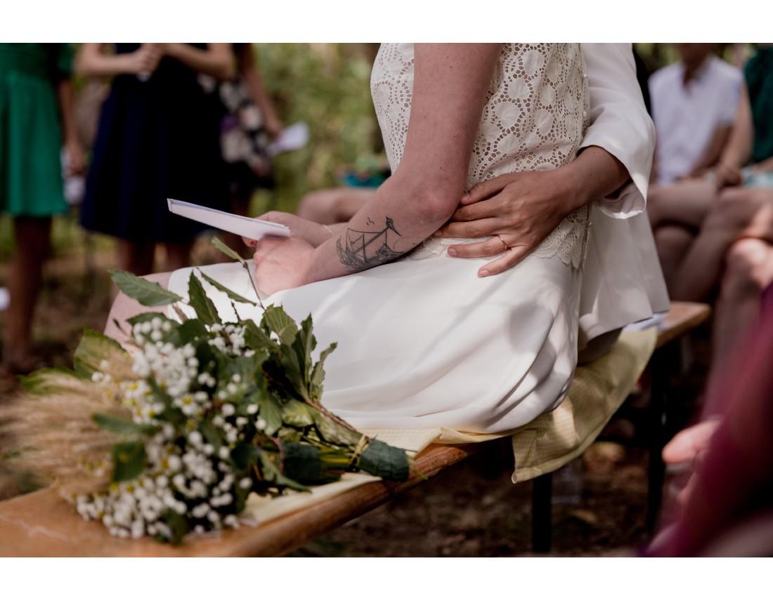 detail tendre entre femmes, mariage lesbien