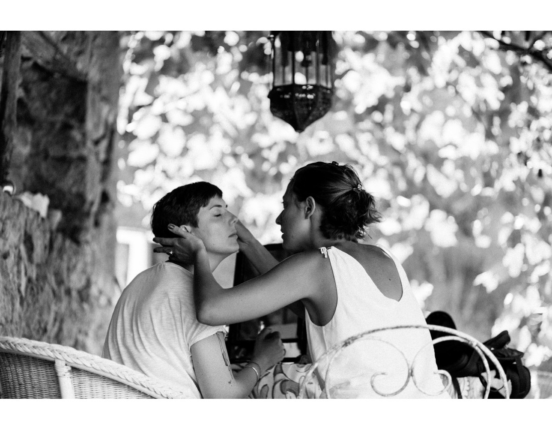 Maquillage de la mariée en exterieur, mariage lesbien.