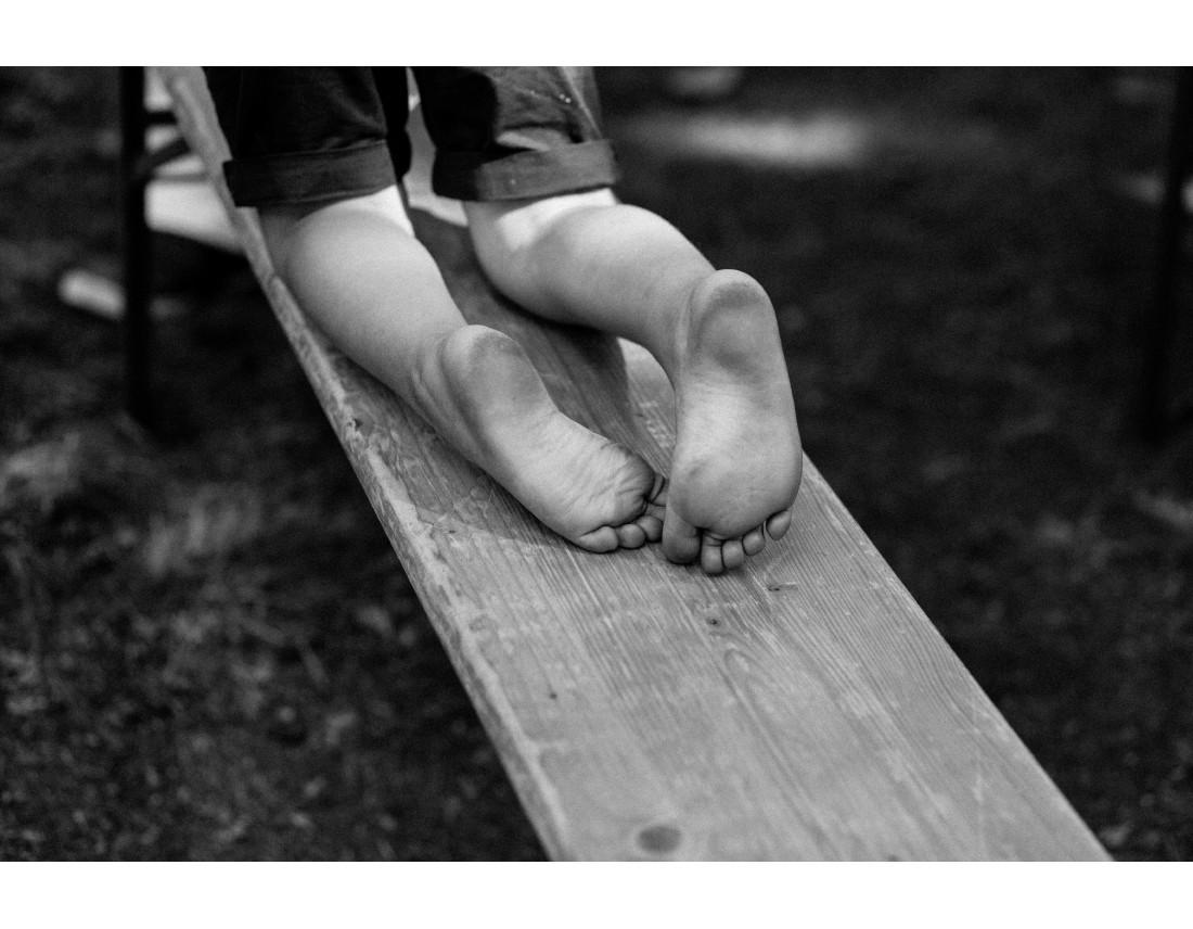 Pieds d'enfant sur un banc