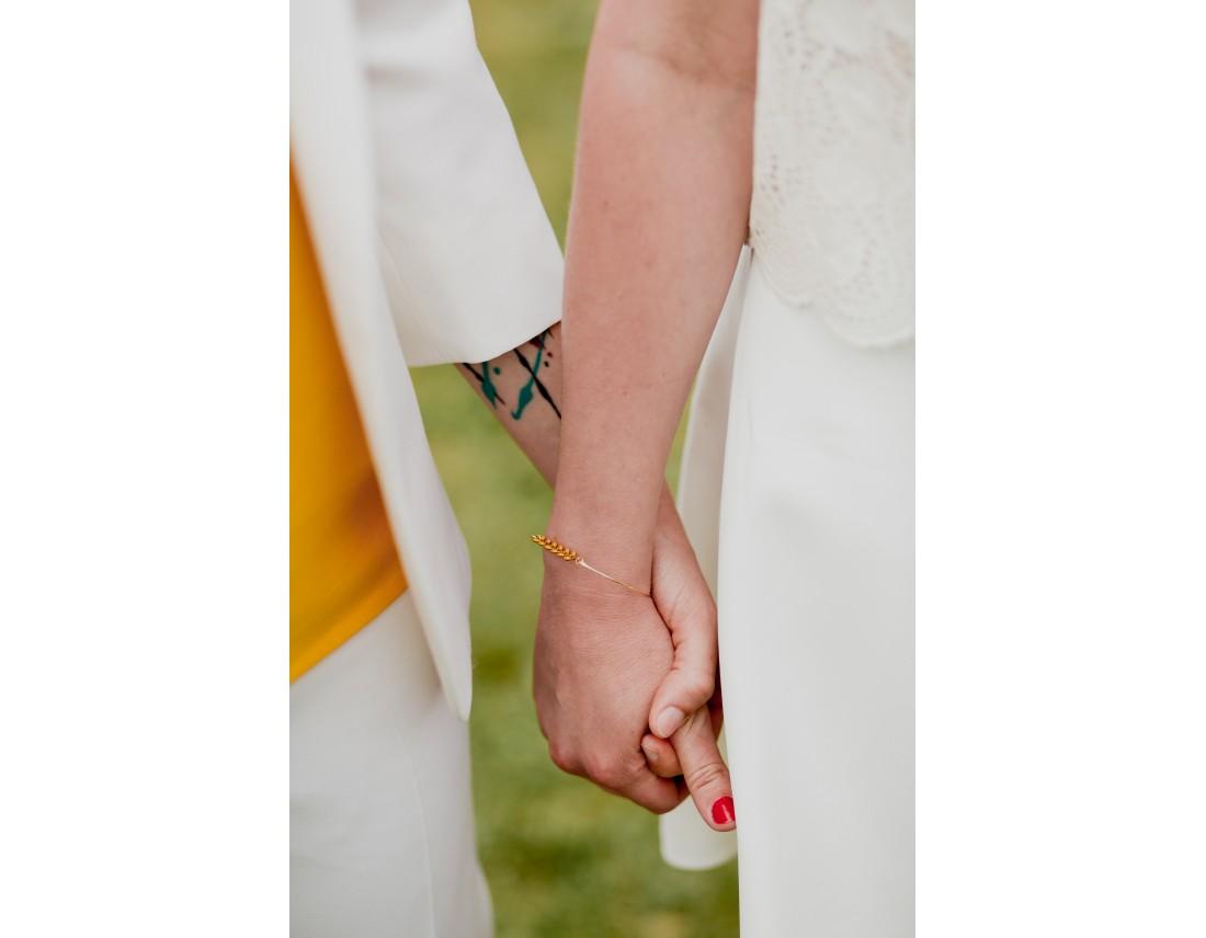 mains enlacées des mariées