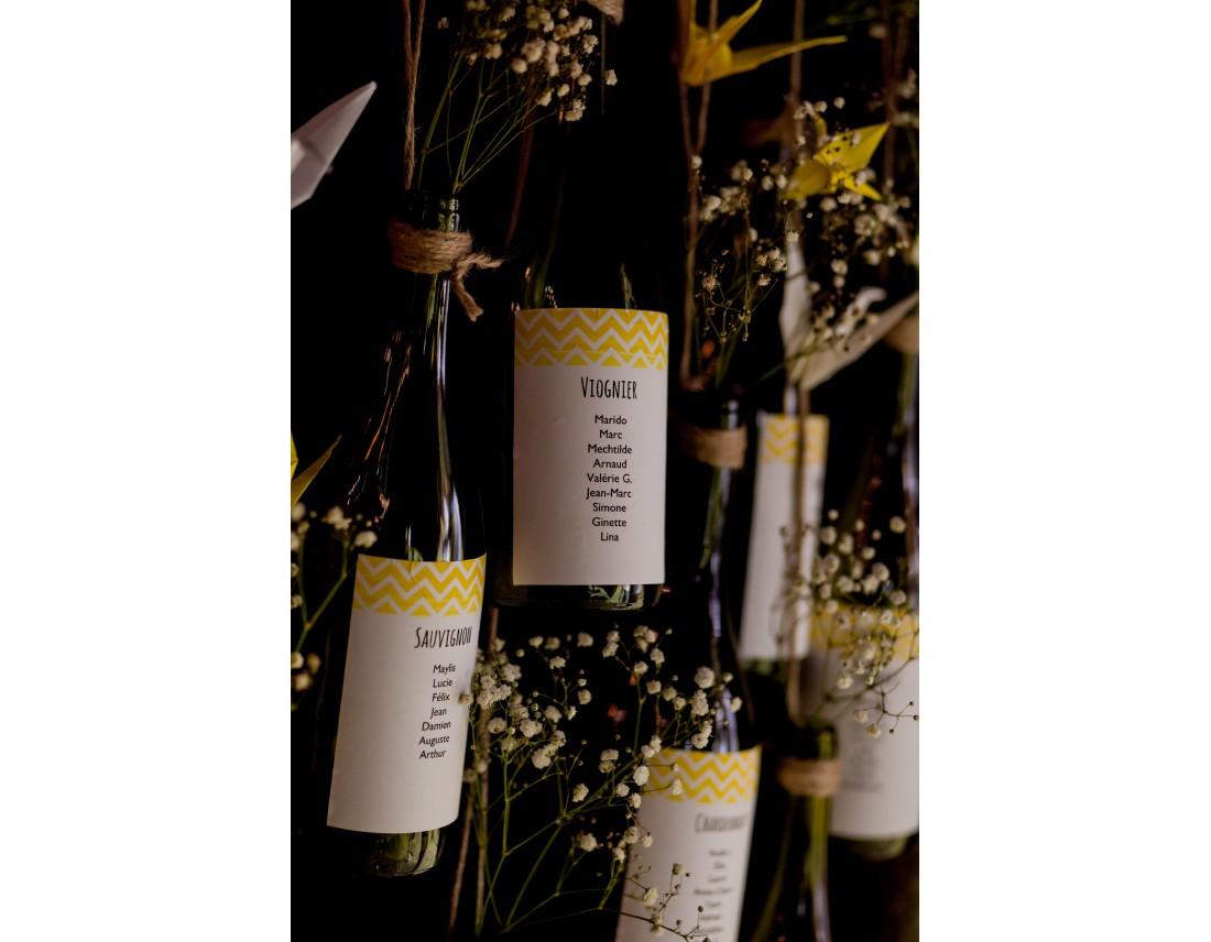 Plan de table avec bouteilles de vin pour mariage queer