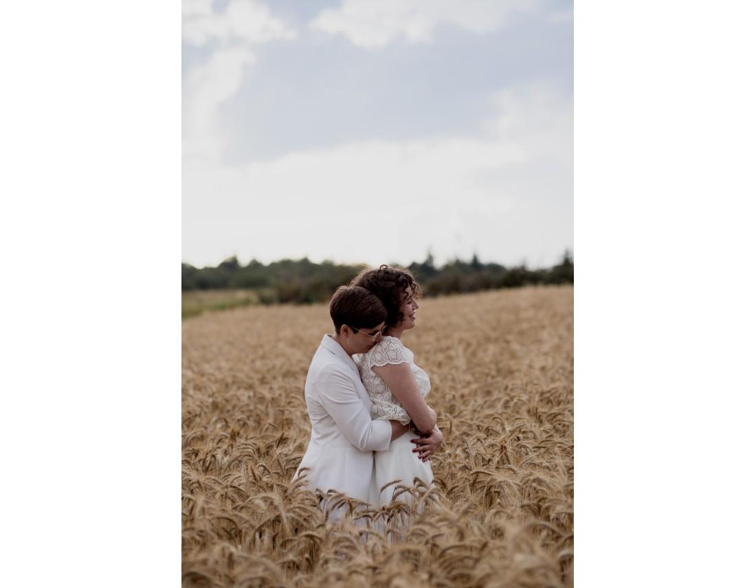Couple de femmes dans champ de blé, mariage lesbien