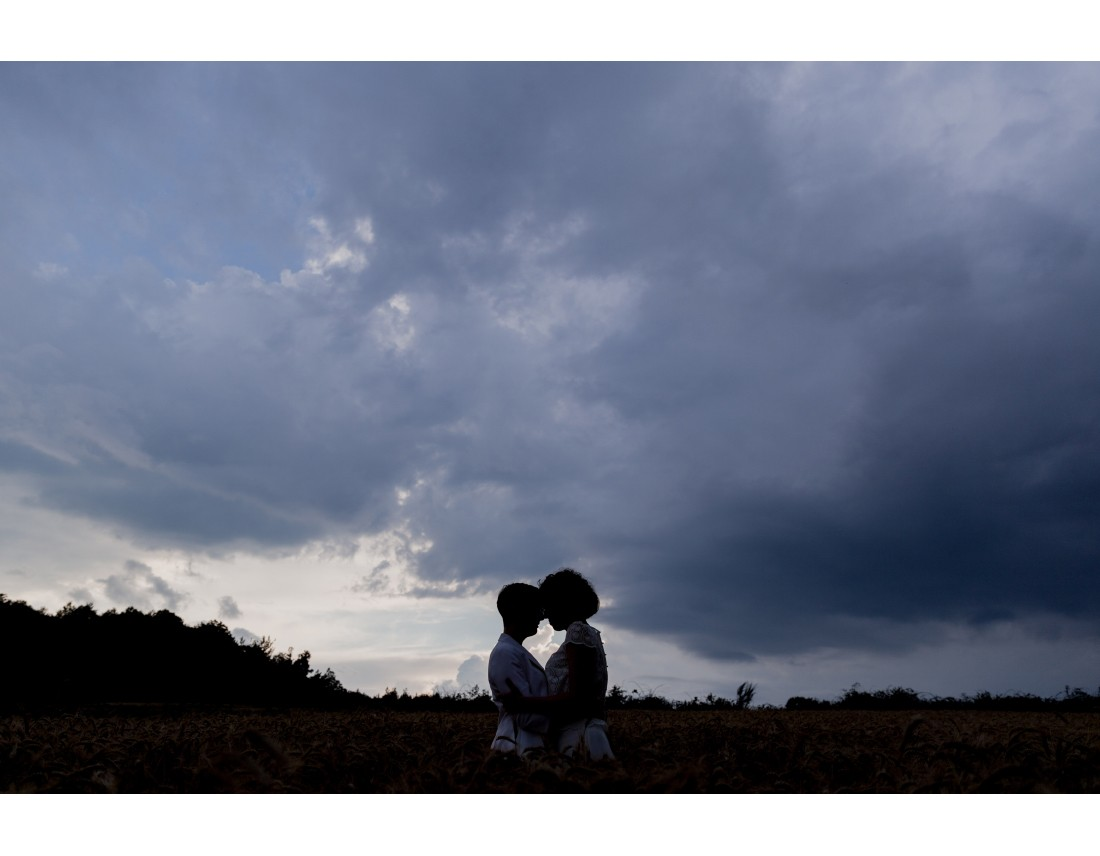 Couple de femmes dans champ de blé, au crepuscule, mariage lesbien