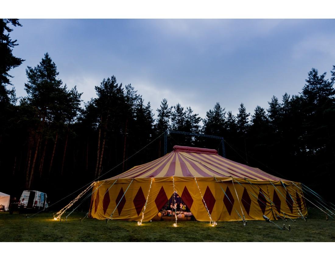 Chapiteau de cirque les trois petits tours comme lieu de reception