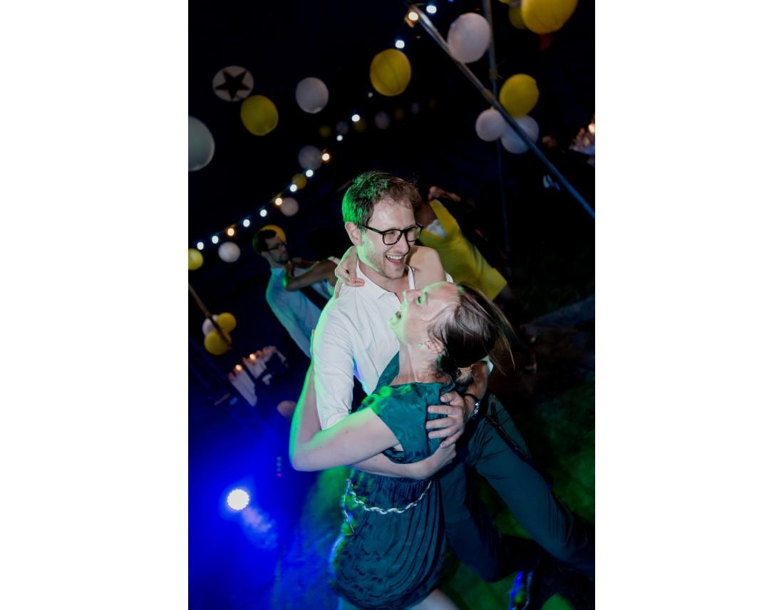 Soirée de mariage de folie sous un chapiteau de cirque, mariage lesbien