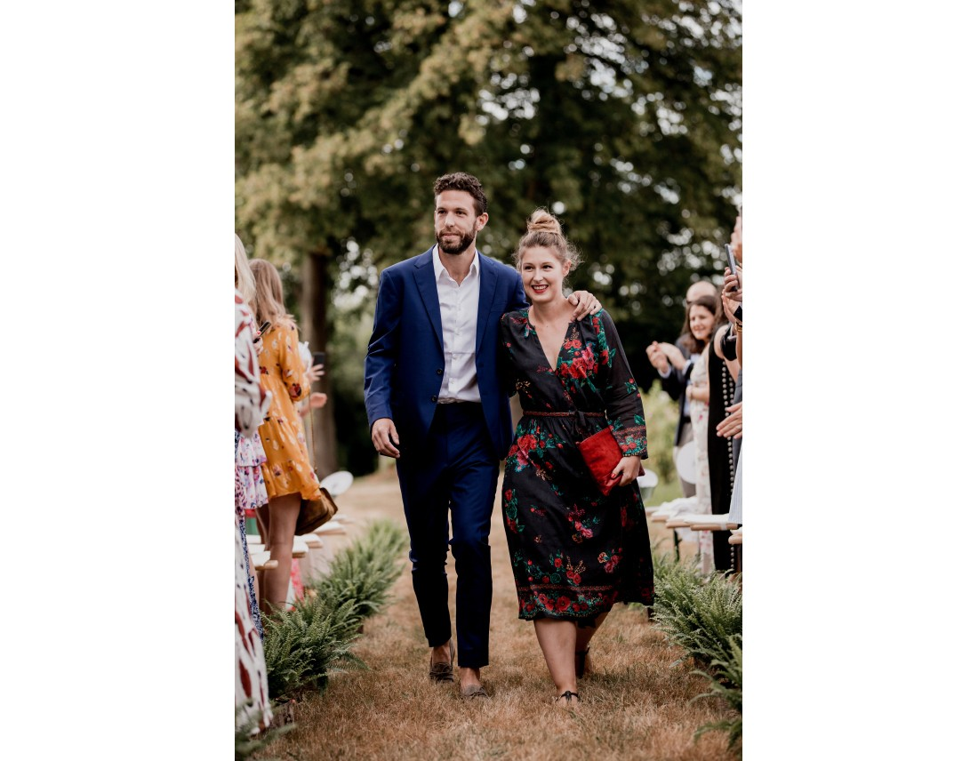 Arrivée du marié avec sa soeur a la ceremonie