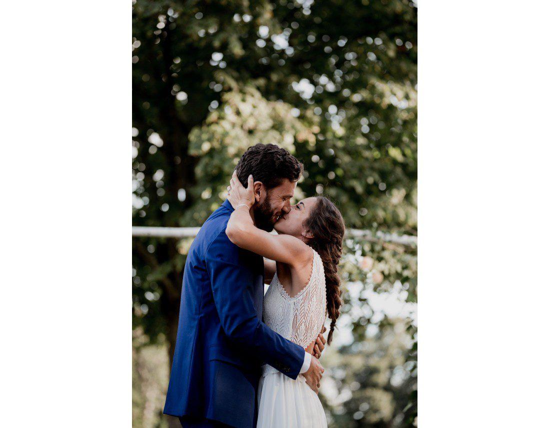Couple s'embrassant a la fin de leur ceremonie laique de mariage.