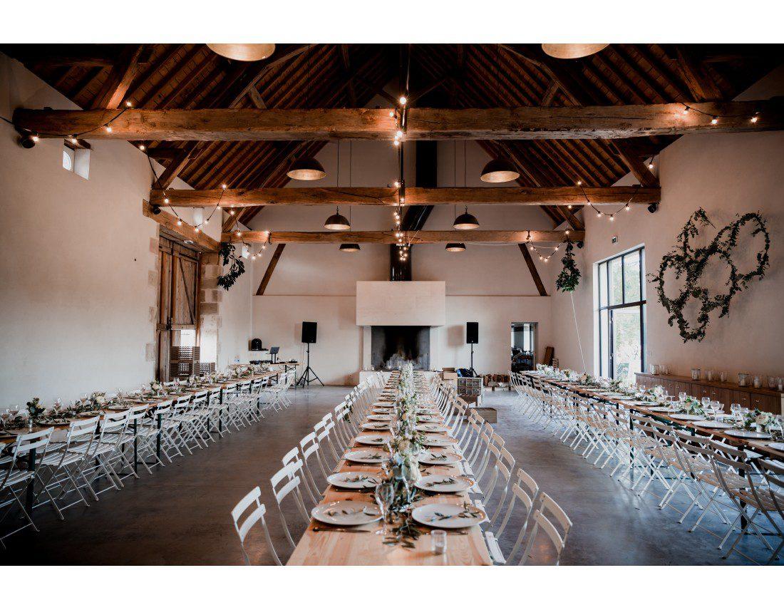 Grandes tablées pour repas dans la salle de mariage au domaine de toury, décorée par les fleuristes: Florésie et Lovinconcept