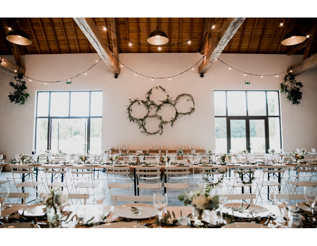 Salle de repas au domaine de toury, decorée par les fleuristes: Florésie et Lovinconcept