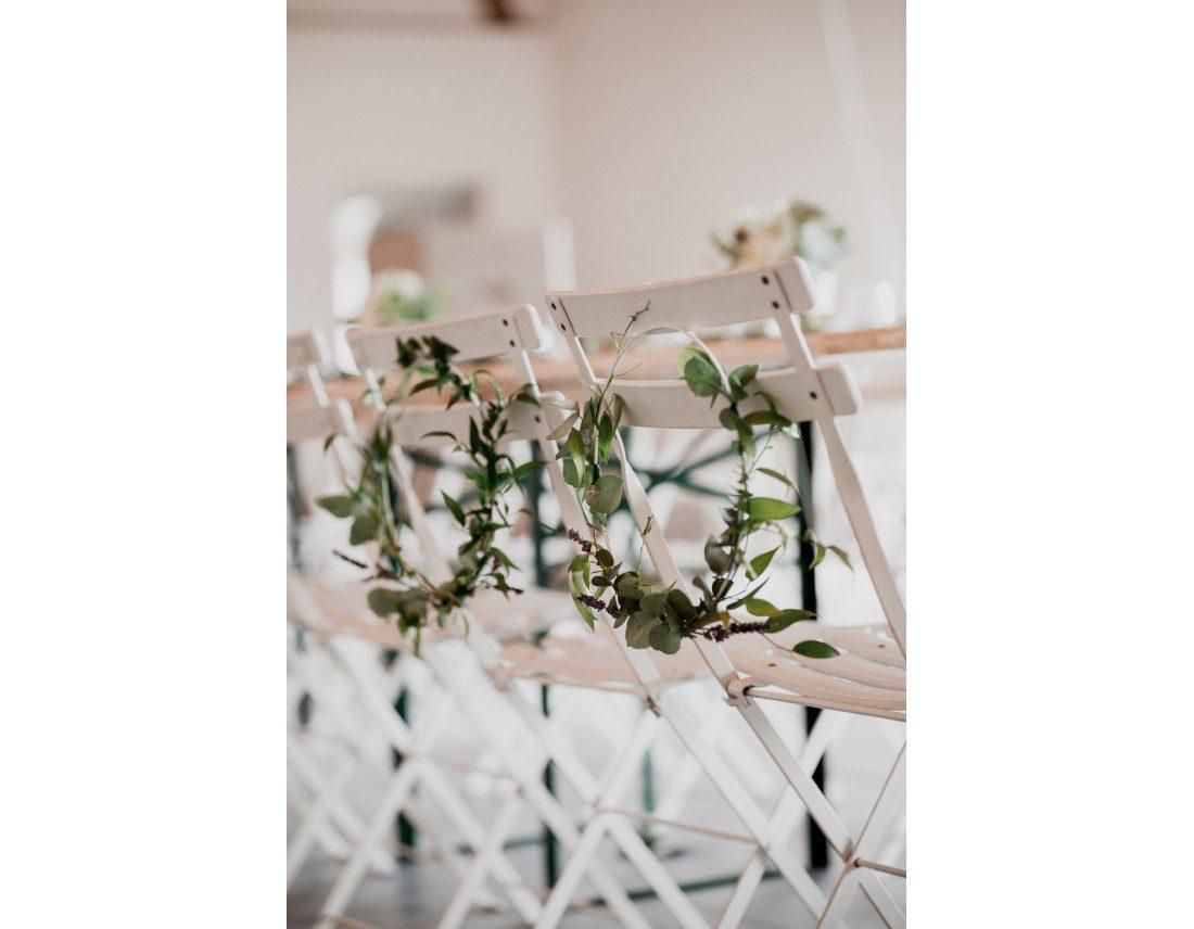 Chaises des mariés avec feuillage, fleuristes: Florésie et Lovinconcept