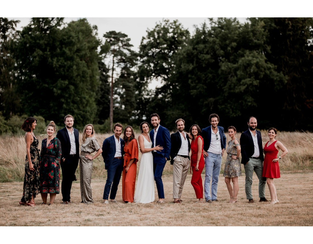 Photo de groupe de temoin pendant un mariage.