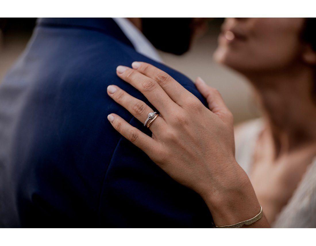 Details de l'alliance de la mariée.