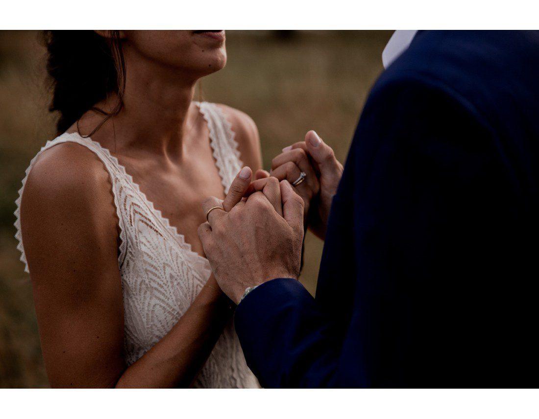 Mains qui se tiennent pendant un mariage.