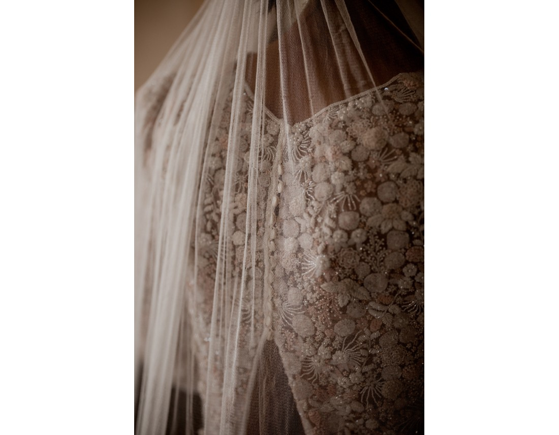 Detail de dos de mariée, broderie et voile.