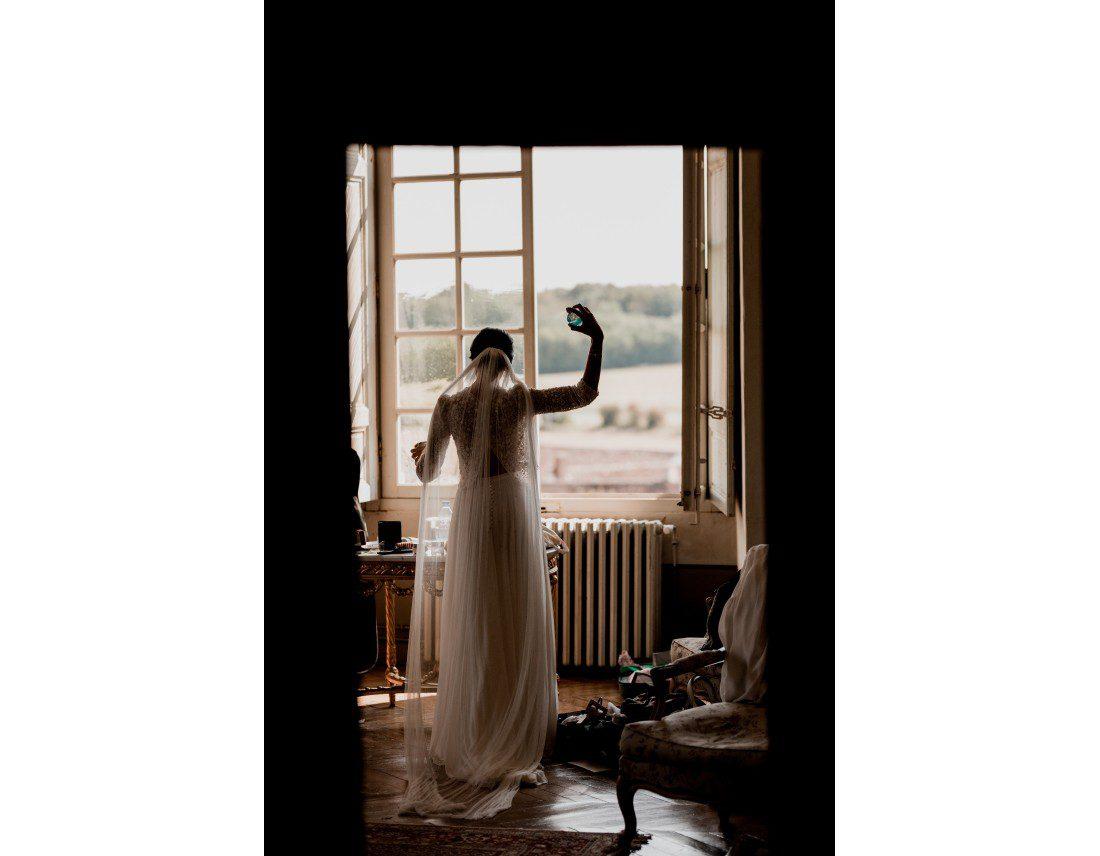 Mariée se parfumant en contrejour.