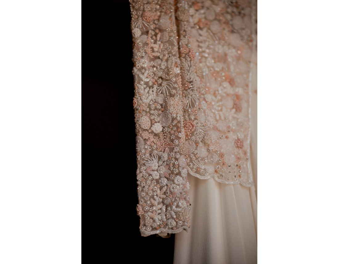 Deatil de broderie de la robe de mariée.