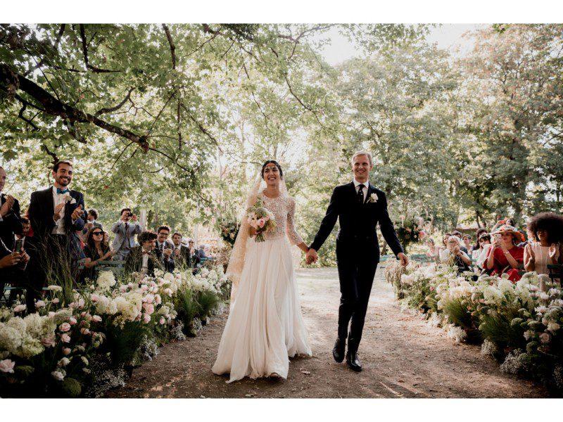 Arrivée des mariées a leurs cérémonié de mariage laique.