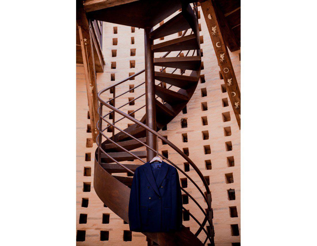 Costume du marié dans escalier colimaçon.