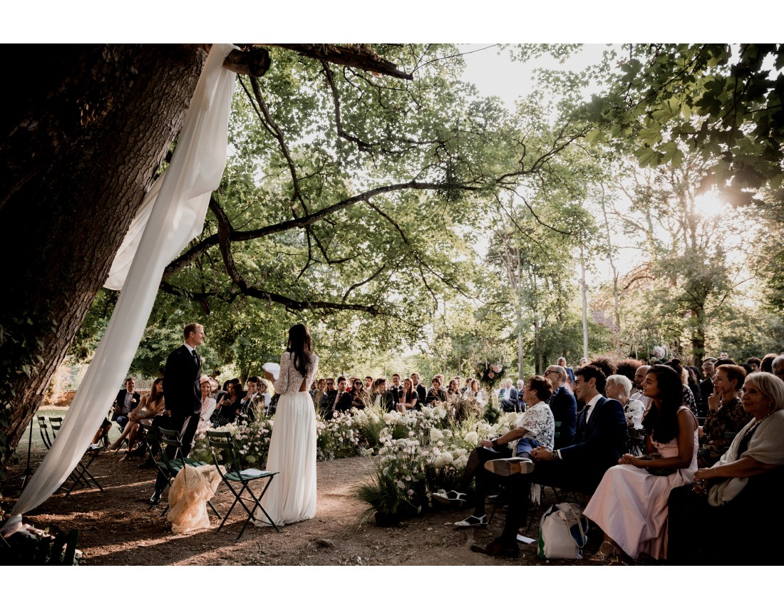 Ceremonique laique sous arbre centenaire.