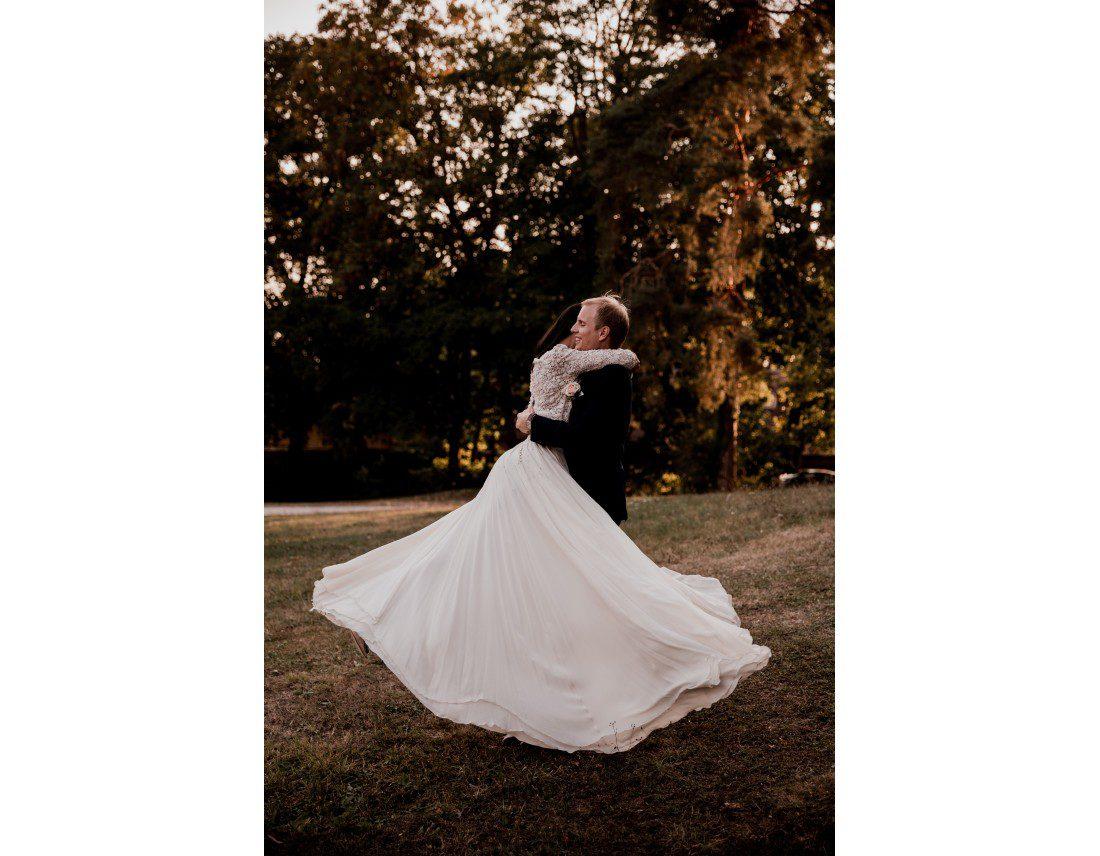 Couple et robe de mariée qui vole au chateau vallery.