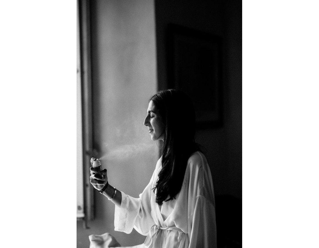 Mariée avec brumisateur en noir et blanc.