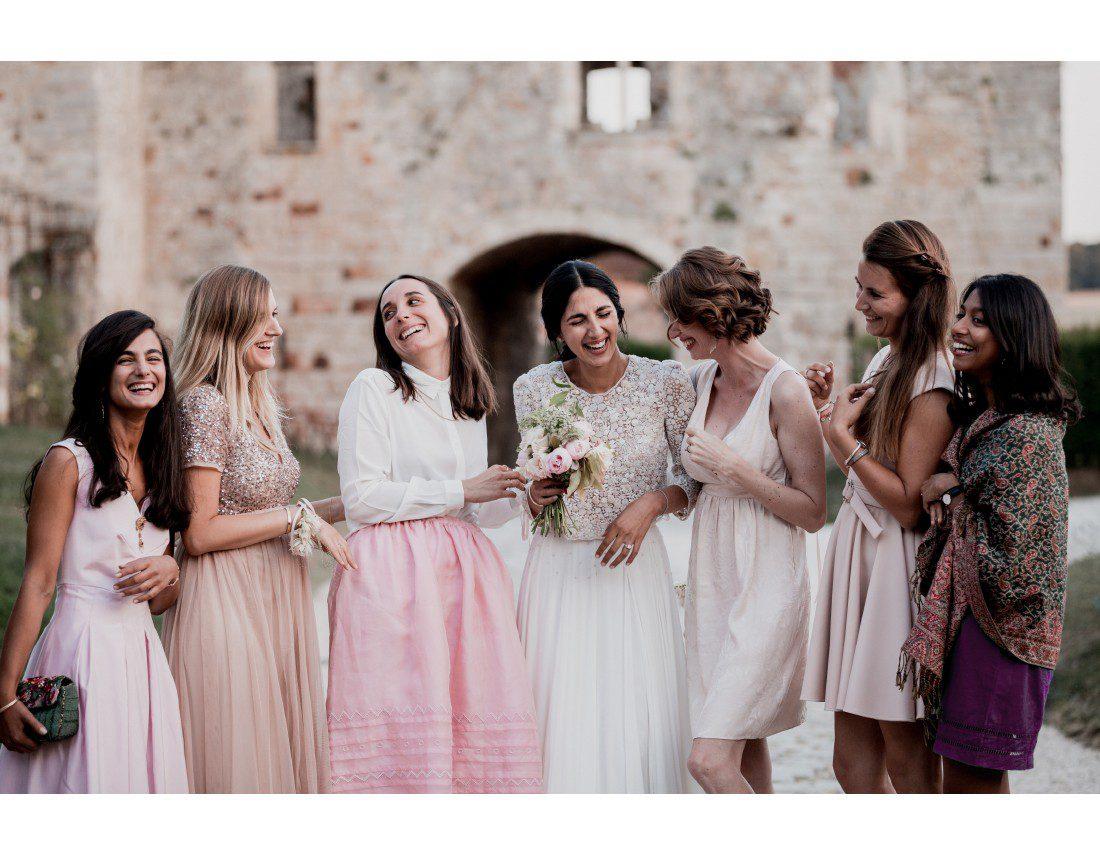 MAriée riant avec ses temoins au chateau vallery.