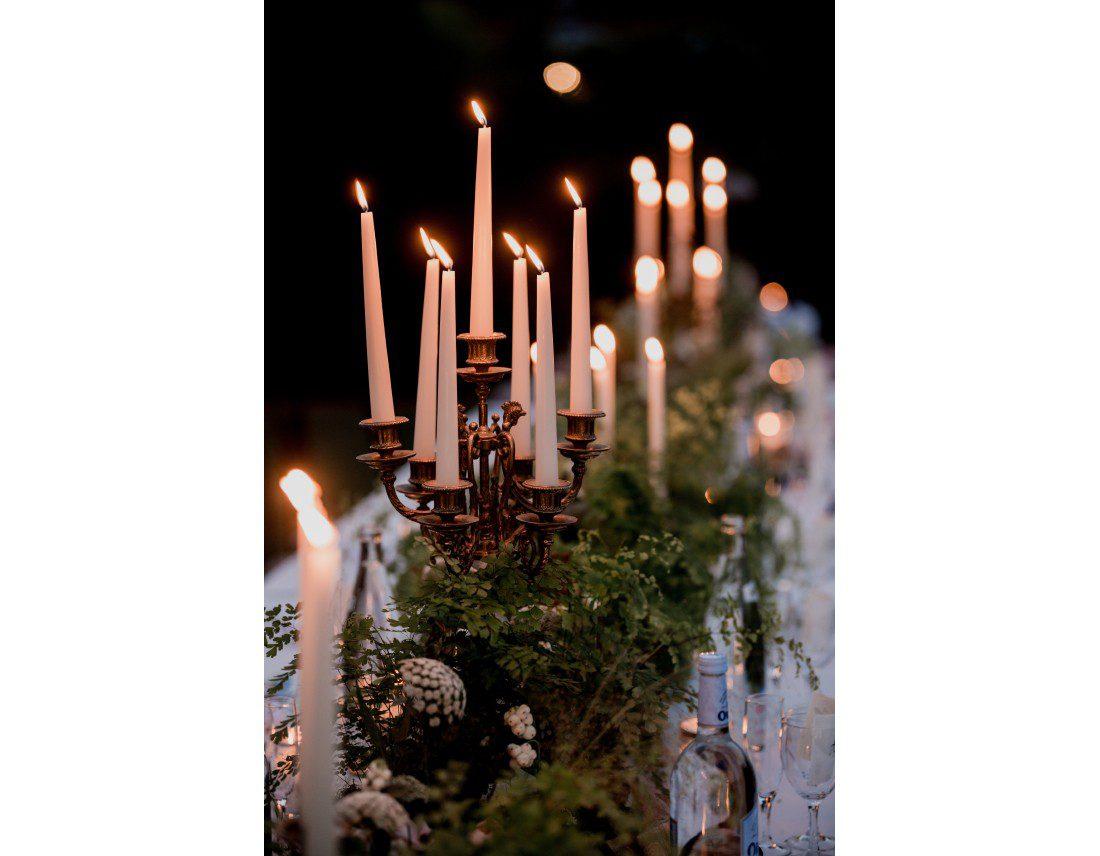 Bougies sur les tables au chateau Vallery.