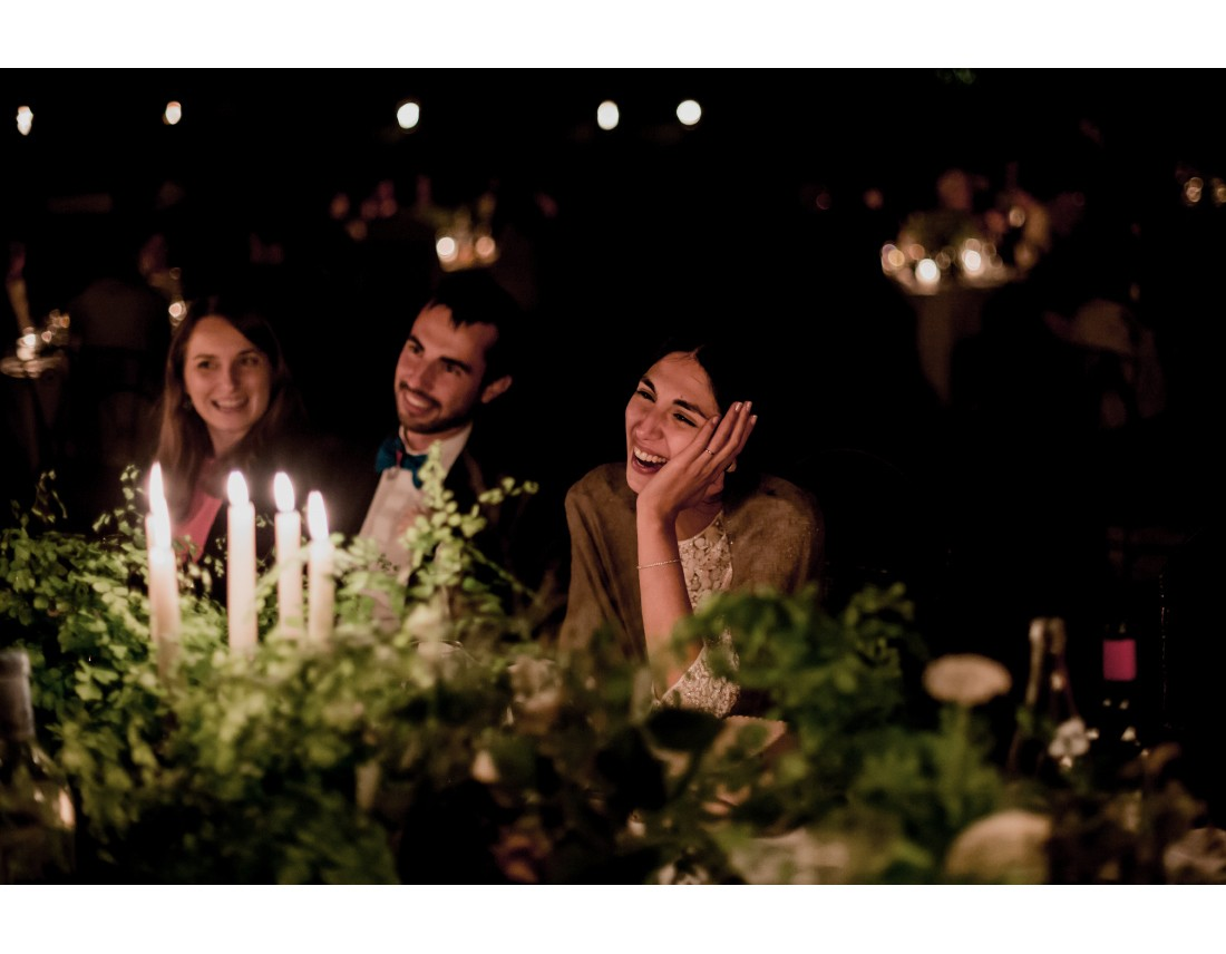 MAriée riant aux discours.