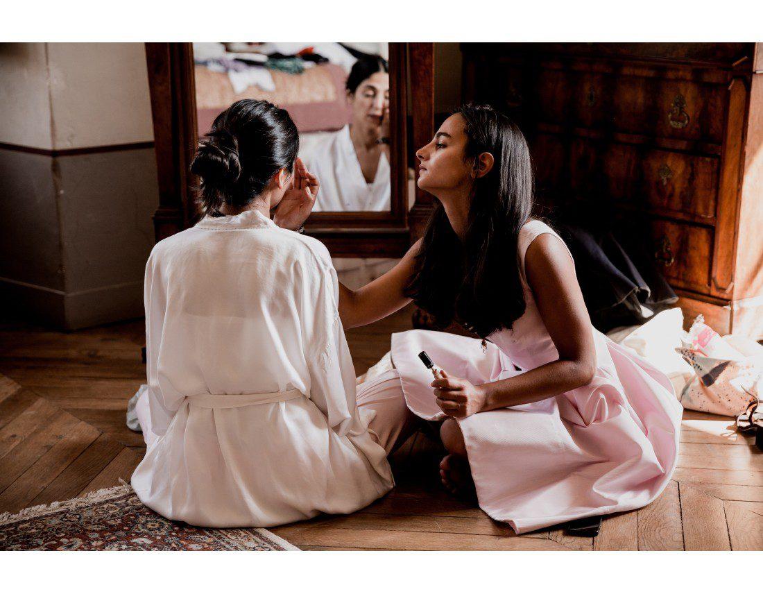 La mariée maquillée par sa soeur.