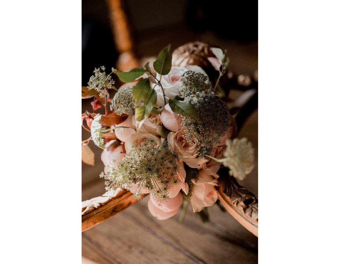 Bouquet de la mariée avec des roses et pivoines.