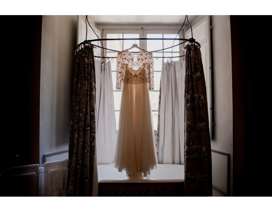 Robe de la mariée suspendue.