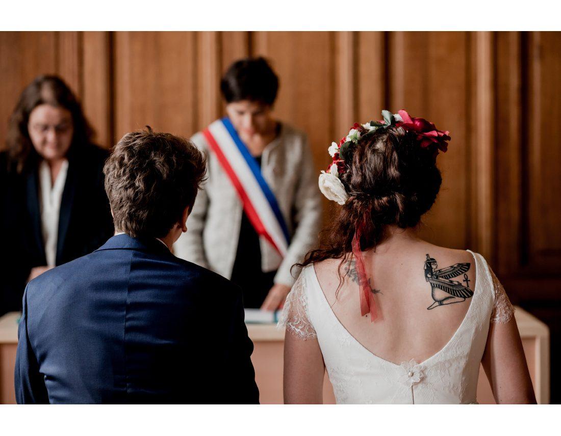 Couple de dos (tatoué) lors de leur ceremonie de mariage a la mairie de St Ouen.