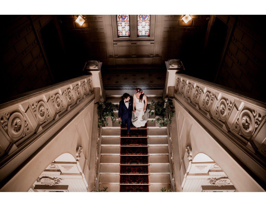 Couple dans le grand escalier de la mairie de St Ouen