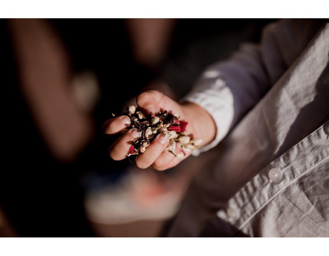 Main d'enfant pleine de confettis lors d'un mariage à St Ouen