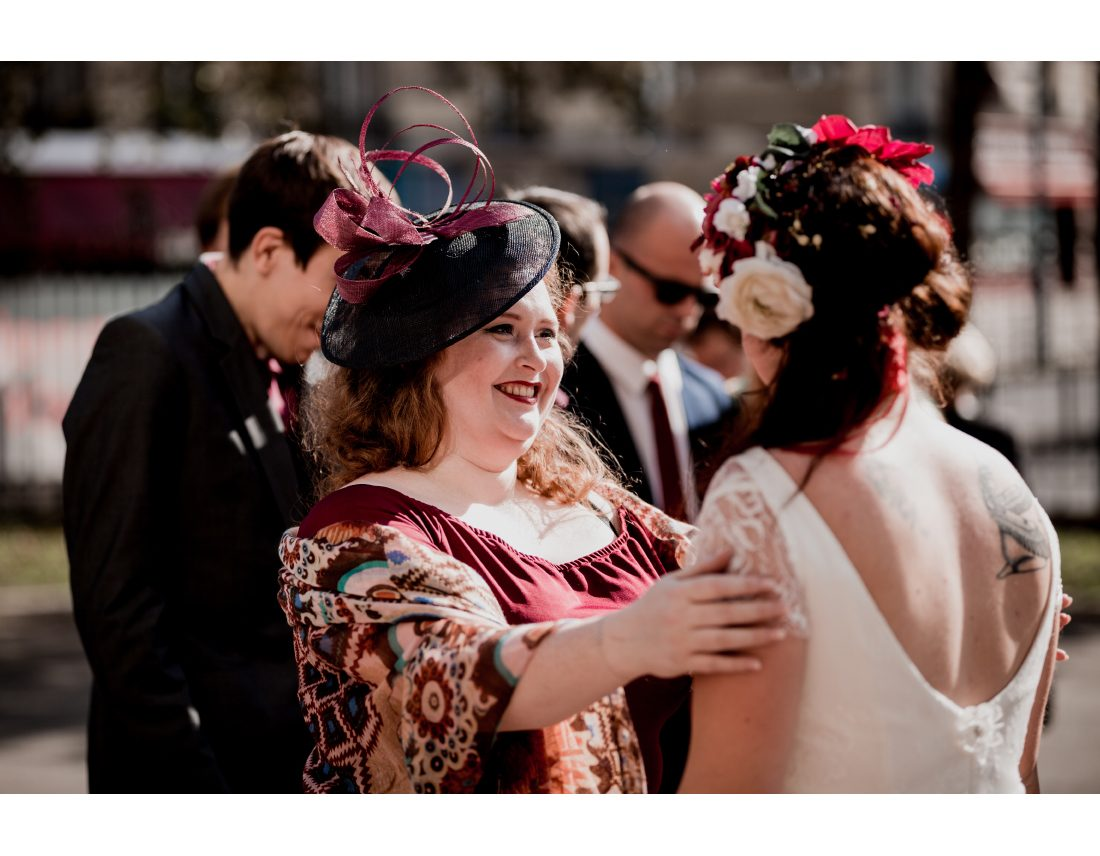 Réaction joyeuse d'une invité a un mariage.