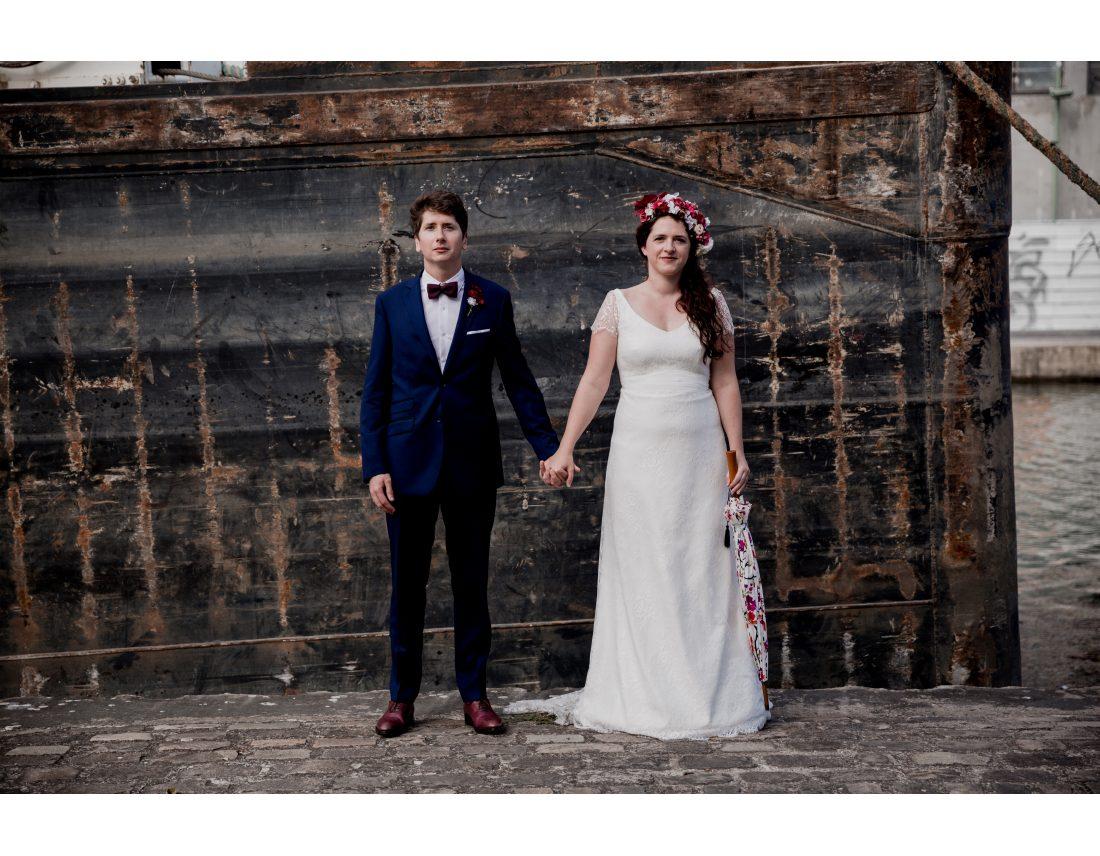 Couple se tenant la main lors de leur mariage industriel à St Ouen.