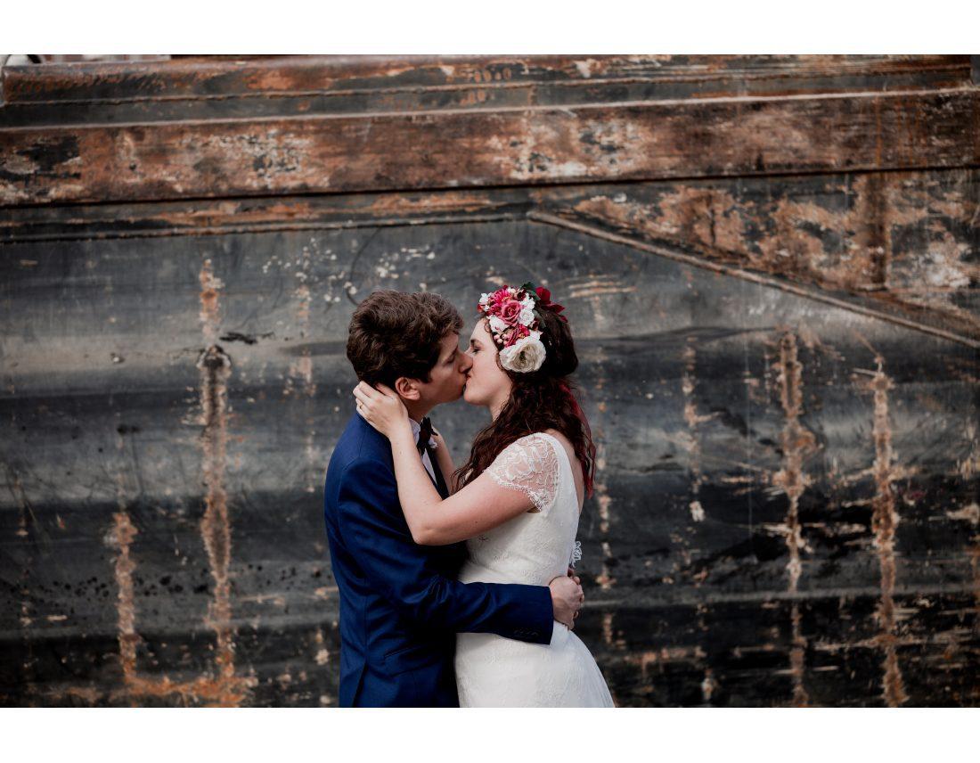 Couple enlassé lors de leur mariage industriel à St Ouen.