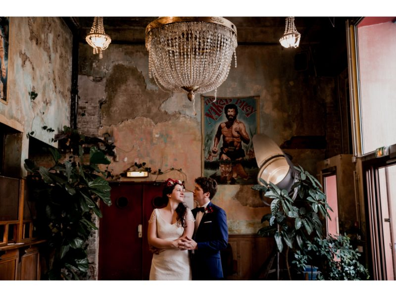 Couple se regardant lors de leur mariage à St Ouen, Commune Image.