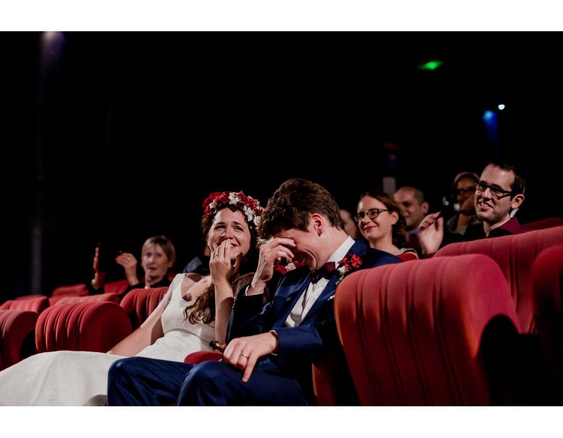 Mariage à St Ouen, à Commune Image, mariés dans le cinéma qui rient pendant les discours.