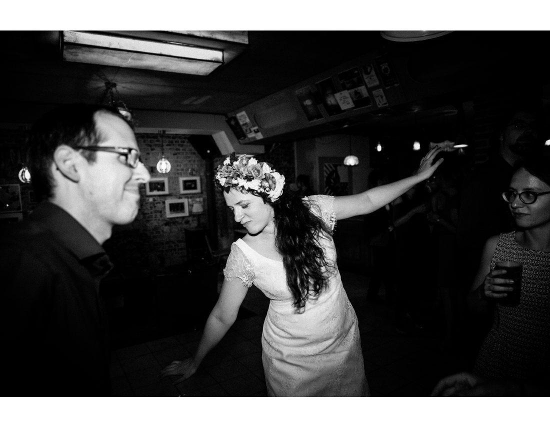 Mariage à St Ouen, à Commune Image, mariée qui danse avec couronne de fleurs