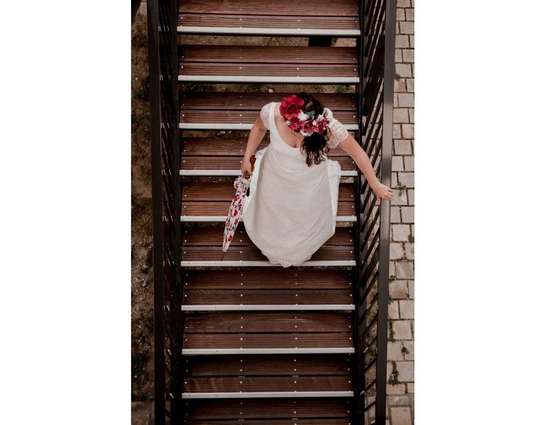 Mariée descendant d'un escalier, vue de haut.