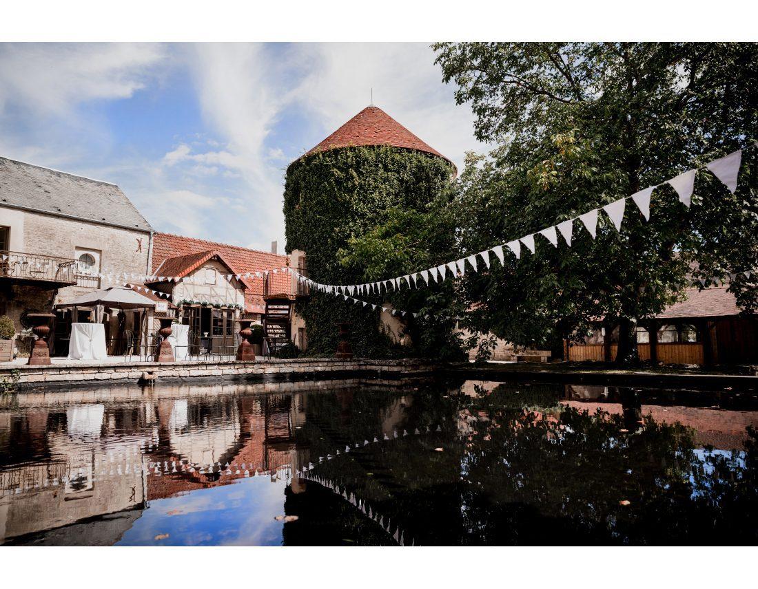 Fanions décorant le chateau de courban pour un mariage