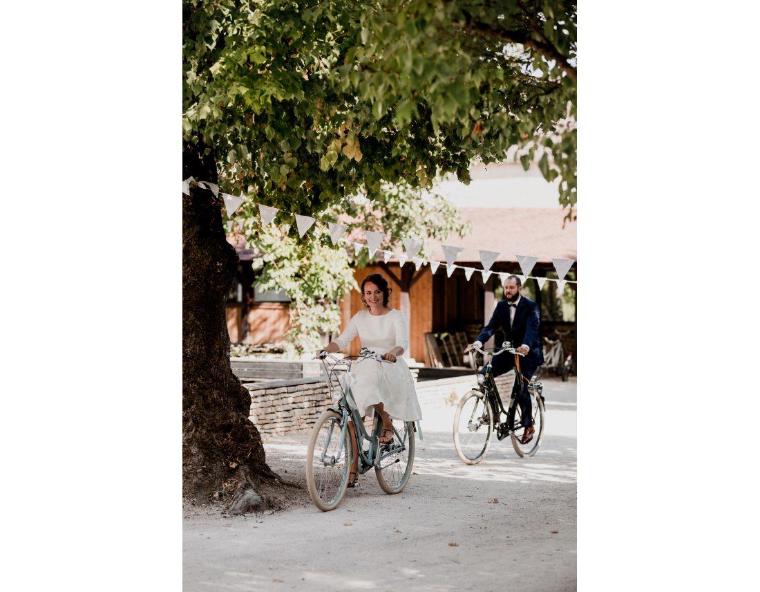 Mariés arrivant en vélos à leurs cérémonie laïque.