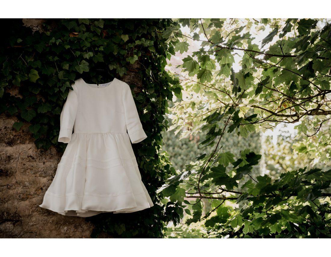 Robe de la mairée suspendue dans les feuilles.