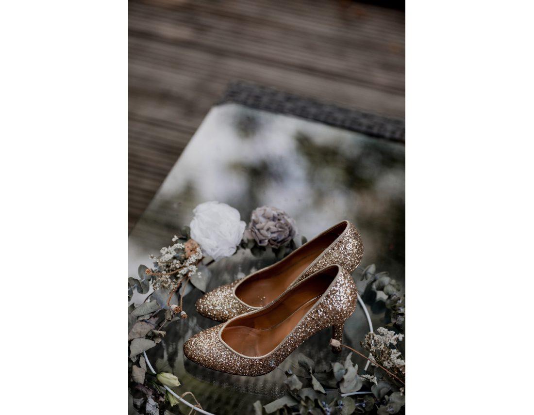 Chaussures de la mariée avec paillettes et fleurs
